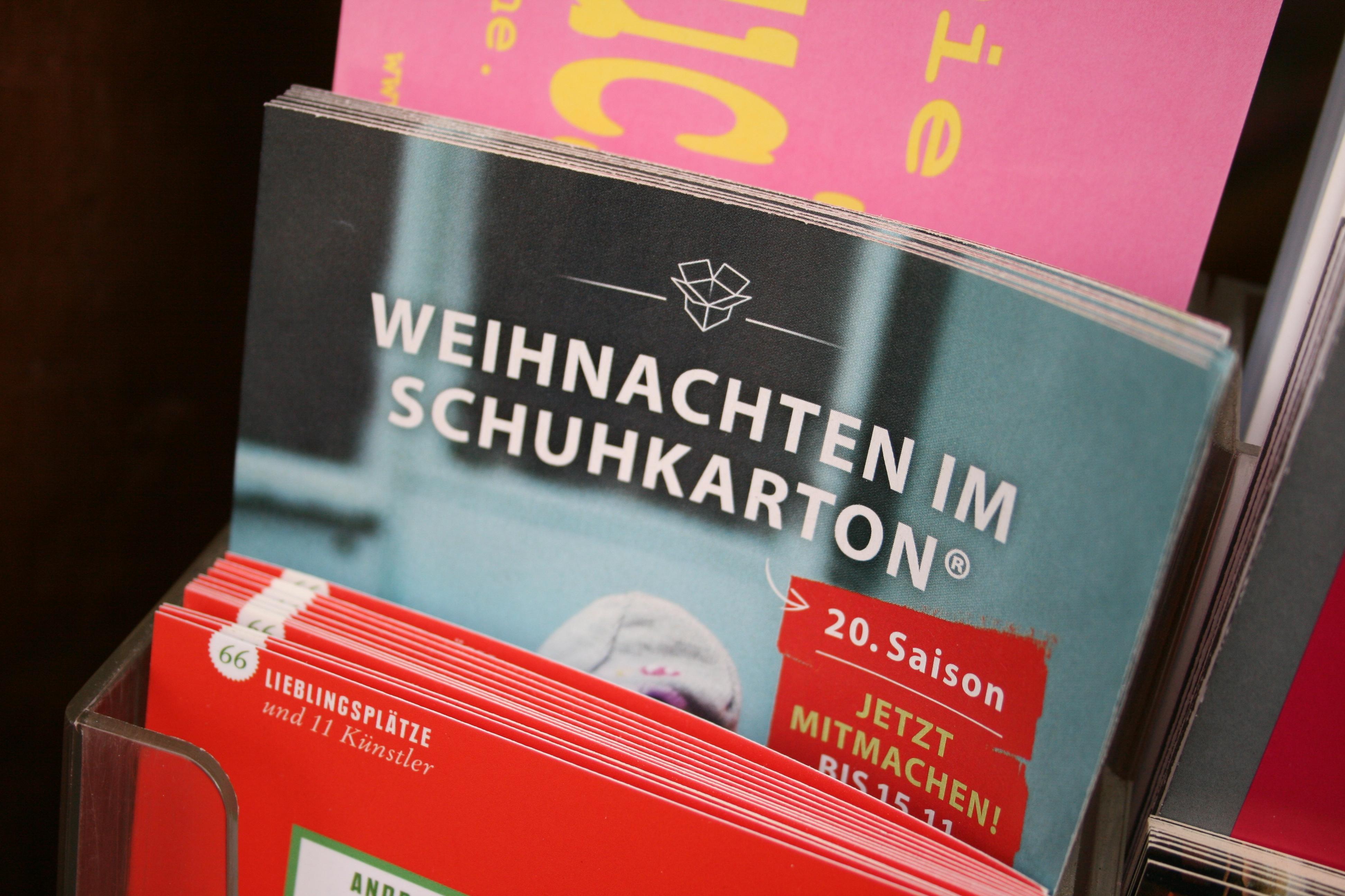 """Im Texthaus gibt es Flyer der Aktion """"Weihnachten im Schuhkarton""""!"""